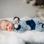 schlafendes Baby liegt auf einem Fell