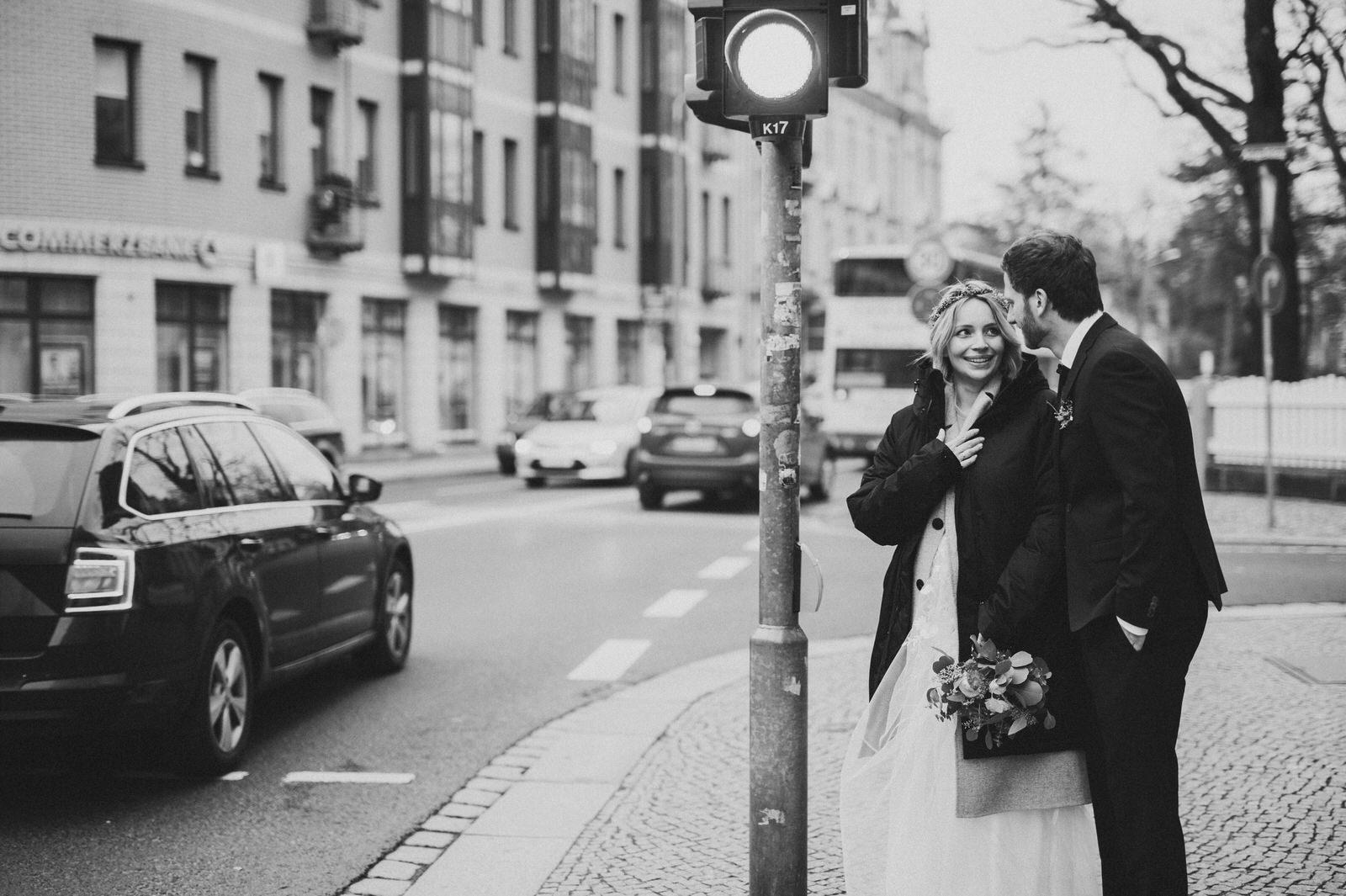 Braut und Bräutigam stehen an Fußgängerampel in Dresden